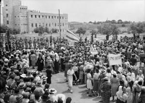 """Jüdische Frauen demonstrieren am 22. Mai 1939 gegen das """"White Paper"""" in Jerusalem"""